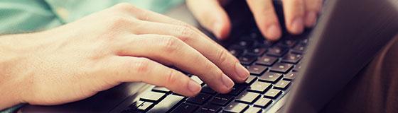 mains qui tappent à l'ordinateur