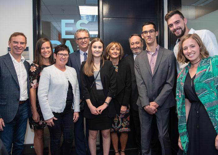 Michel Patry, directeur de HEC Montréal, a rendu hommage aux donateurs. Robert Blain, Hélène Sabourin, Luc Lambert et Sylvie Smith étaient entourés des membres de leurs familles et de Renaud Lambert (3e à partir de la droite).