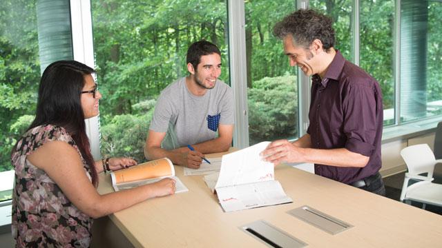 Yves-Marie Abraham, responsable de la spécialisation, en compagnie d'Evelyn-Cristina Forero-Bulnes et de Mathieu Couture, étudiants à la maîtrise.